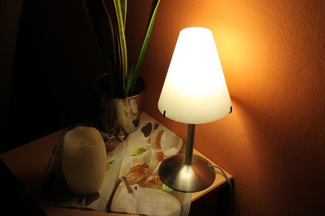 noční stolek, lampička, květina