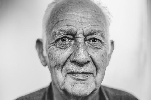 starý muž, černobílá fotografie
