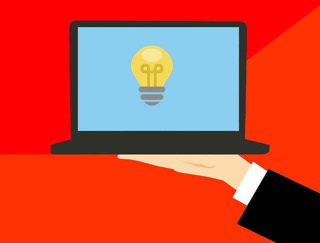 myšlenka a laptop