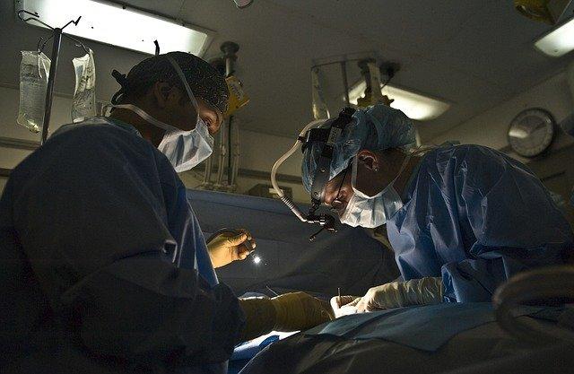 lékaři u operace