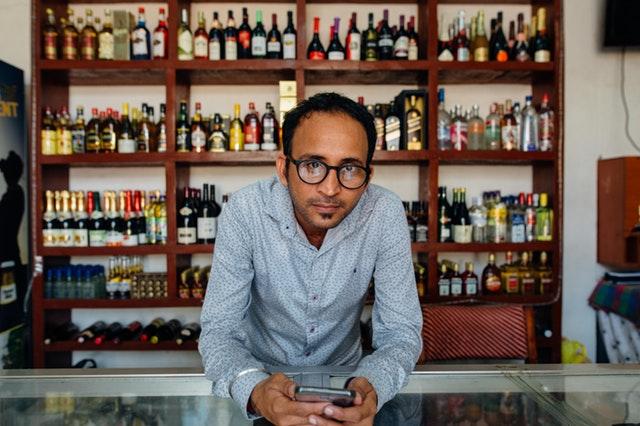 člověk, který má svoji prodejnu s vínem a obchoduje přes mobil