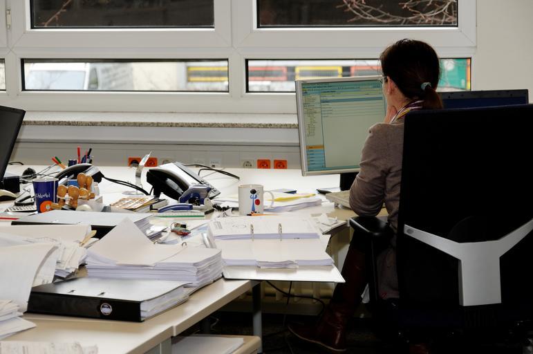 sekretářka u počítače