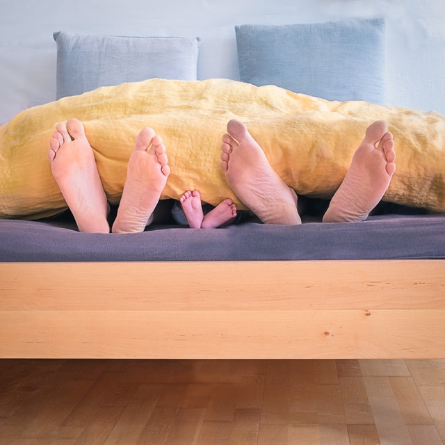 nohy z postele by vám trčet neměly